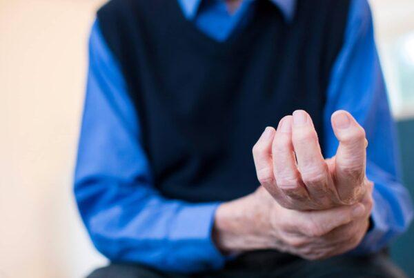 Photo des mains d'un homme âgé avec de l'arthrose