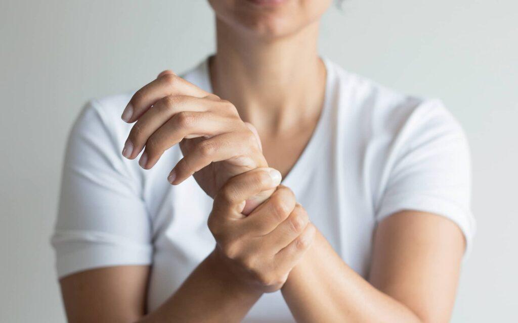 Femme tenant son poignet