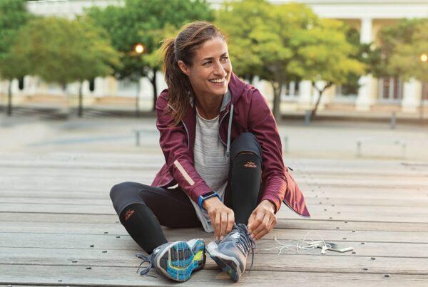 Femme sportive portant des chaussettes de compression musculaire