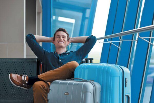 Photo d'un homme assis dans un aéroport, portant des chaussettes de contention