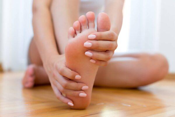 Photo de pieds nus pour montrer les cors, callosités et durillons