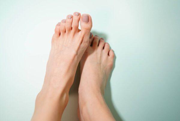 photo de deux pieds nus – griffes d'orteils