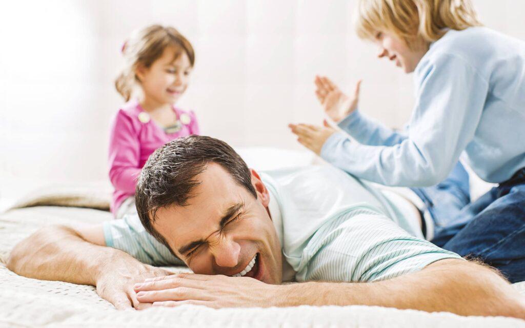 Jeune homme massant le dos de son père