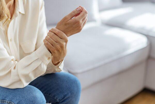Femme tenant son poignet syndrome du canal carpien